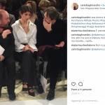 Virginia Raggi osa: camicia scollata e tacchi alla sfilata Gattinoni FOTO