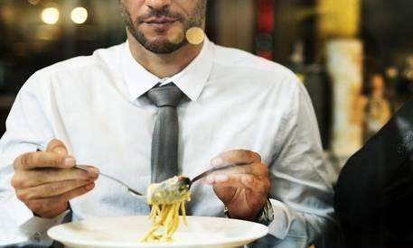 Mangiare da single: come incide sul peso e sulla dieta