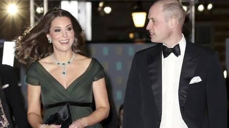 """LONDRA - Kate Middleton ai Bafta: la decisione che fa infuriare le attrici.Come volevasi dimostrare, Kate Middleton ha rubato la scena a tutti sul red carpet dei Bafta, i British Academy Film Awardsche hanno avuto luogo a Londra ieri 18 febbraio. Una decisione che, secondo i rumors, ha provocato l'ira delle dive di Hollwyood. Nonostante le attrici avessero infatti lanciato un """"appello"""" alla Duchessa perché non partecipasse ai Bafta per evitare di oscurare i red carpet delle dive come è già accaduto l'anno scorso, Kate Middleton ha deciso di calcare il red carpet dell'evento. Una scelta che non è affatto piaciuta alle attrici visto che i Bafta rappresentano uno dei premi cinematograficipiù attesi del Regno Unito. Per l'occasione la Duchessa ha sfoggiato un abito lungo color verde scuro firmato Jenny Packham, una delle sue case di moda preferite soprattutto per i sontuosi abiti da sera.Qualche giorno fa era uscita la notizia secondo cui le attrici di Hollywood si eranoopposte alla presenzadella Duchessa ai BAFTA per paura che in tal caso sarebbero passateinosservate sul red carpet, proprio come già accaduto l'anno scorso quando la Duchessa ha catalizzato l'attenzione con un abito lungo con stampe a fiori dirmato Alexander McQueen. Dopotutto i BAFTA sono il premio inglese cinematografico più importante e molte attrici si preparano un anno intero per l'esclusivo evento. I Bafta di quest'anno, proprio come i Golden Globes, si sono caratterizzati da abiti di colore nero, in segno di solidarietà per il movimento di Hollywood """"time's up"""" contro le molestie sessuali.Kate Middleton non ha potuto scegliere un abito nero a causa del protocollo reale, che prevede che i membri della royal family inglesenon possano prendere posizione politica in situazioni pubbliche. Nonostante ciò il suo abito verde scuro era una chiara vicinanza alla causa, scegliendo tra l'altro accessori di colore nero."""