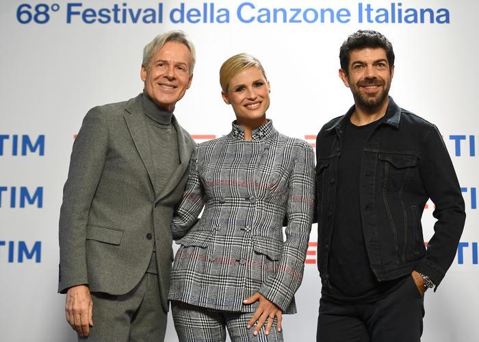 Michelle Hunziker: FOTO look Sanremo 2018 conferenza stampa