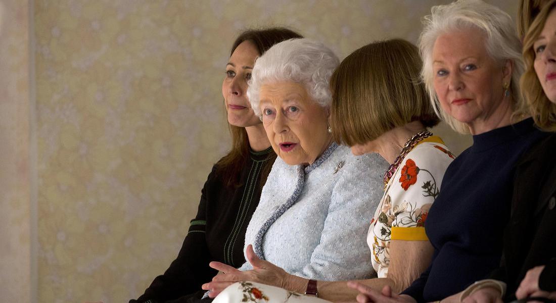 Regina Elisabetta e Anna Wintour, insieme alla sfilata di moda FOTO