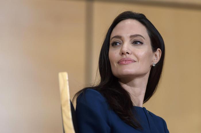 """Angelina Jolie dopo Brad Pitt: """"Fatica a immaginarsi con..."""