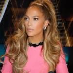 Jennifer Lopez come Barbie: abito corto e gambe in vista