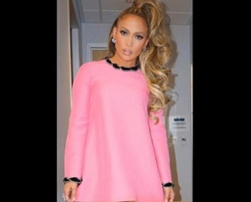 Jennifer Lopez come Barbie: abito corto e gambe in vista2