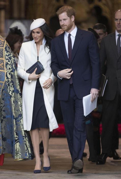 Kate Middleton in blu e Meghan Markle in bianco: sfida di look FOTO