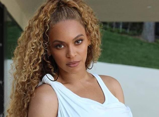 Beyoncé in bianco ai playoff dell'Nba FOTO: l'abito è di Alexander Wang