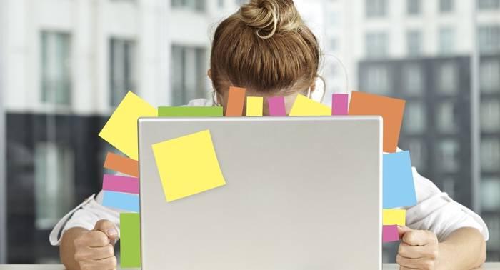 Lavorare troppo fa male: lo dice la scienza. 10 regole per sopravvivere allo stress
