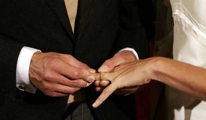 Uomini che stringono forte la mano più propensi al matrimonio