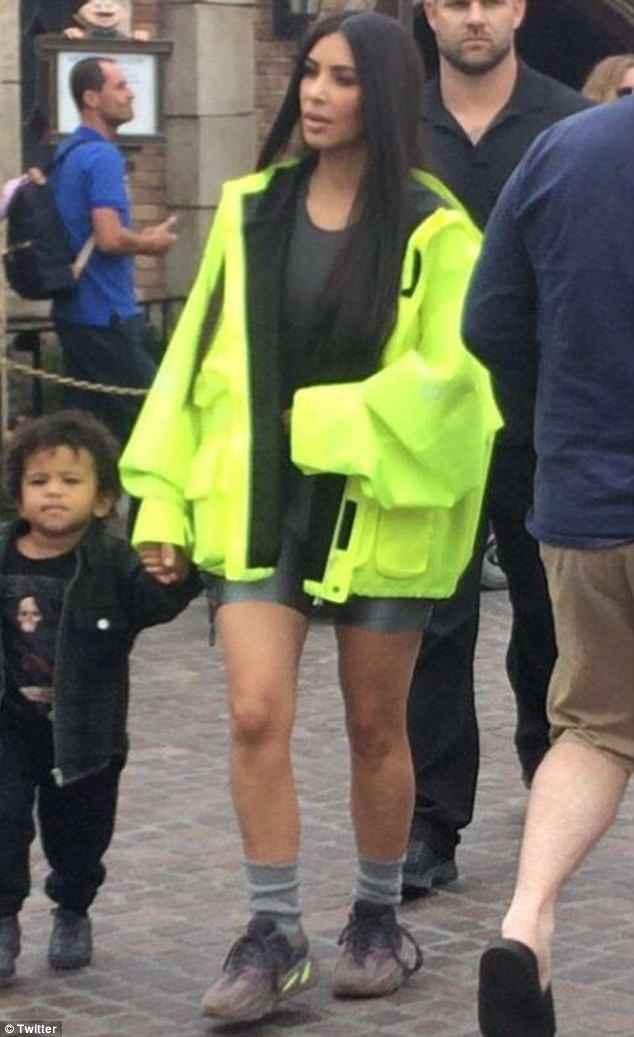Kim Kardashian, look fosforescente: ecco come si presenta a Disneyland6