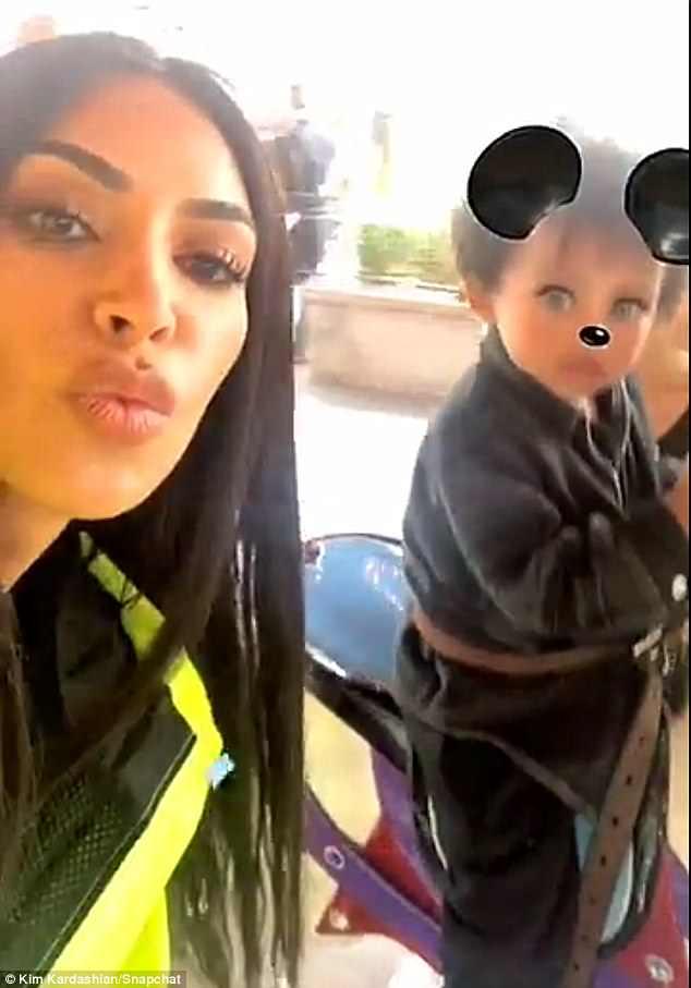 Kim Kardashian, look fosforescente: ecco come si presenta a Disneyland2