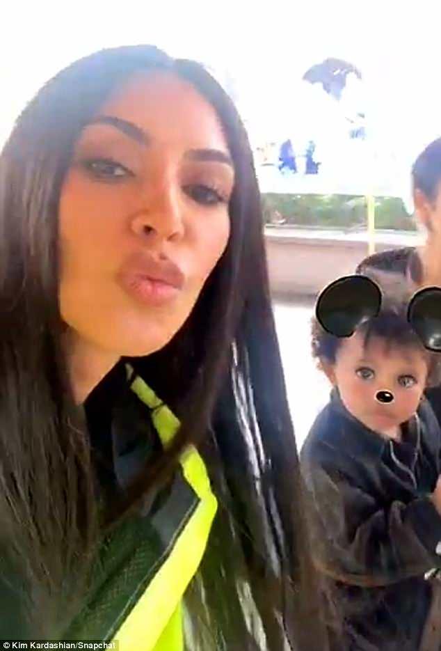 Kim Kardashian, look fosforescente: ecco come si presenta a Disneyland1