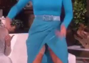 Jennifer Lopez si alza di scatto e...il vestito cede2