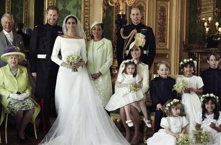 Un dettaglio della foto di famiglia: l'abito di Kate appare giallo pallido rispetto al bianco dell'abitino di Charlotte.