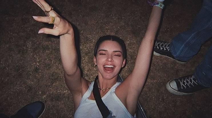 Kendall Jenner dimentica i pantaloni: maxi maglione a Cannes