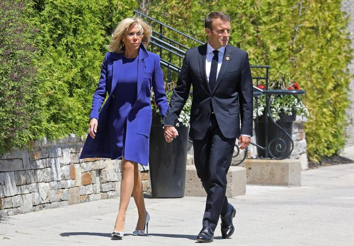 Brigitte Macron da Papa Francesco: tailleur blu e tacchi FOTO