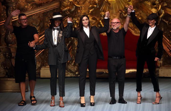 Monica Bellucci sfila per Dolce & Gabbana, che classe! FOTO