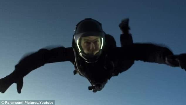 Tom Cruise stuntman di se stesso: salto incredibile da 7mila metri2