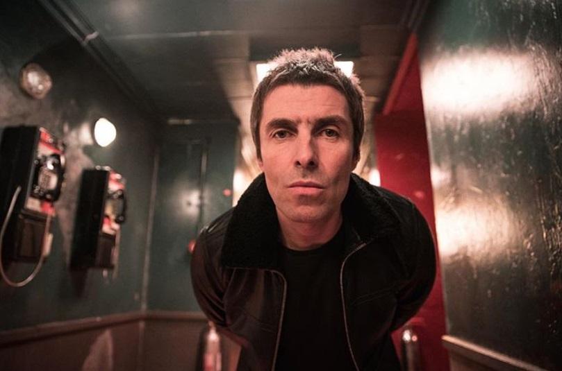 Lanciano un pesce a Liam Gallagher durante il concerto: la sua reazione sorprende tutti