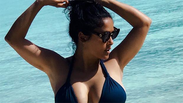Salma Hayek, bikini e tolpless esplosivi a 51 anni2
