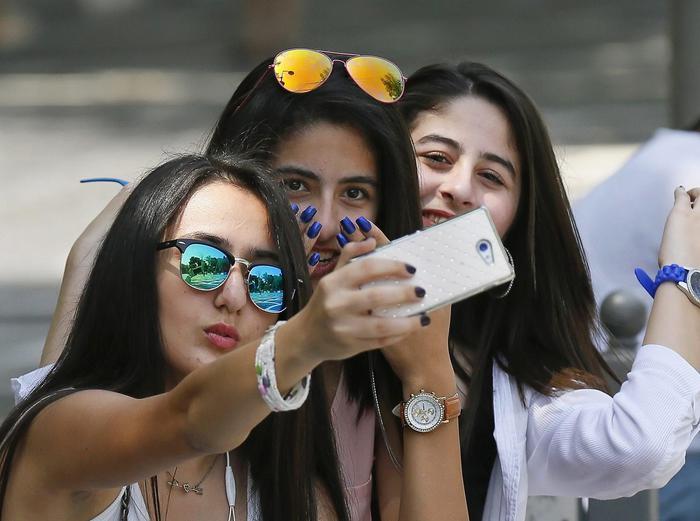 Allarme Selfie: ansia di venire bene in foto scatena la corsa al ritocchino