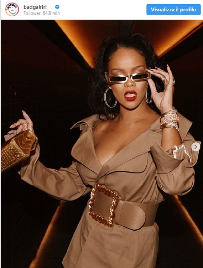 Rihanna a Dubai indossa l'impermeabile come fosse un vestito 2