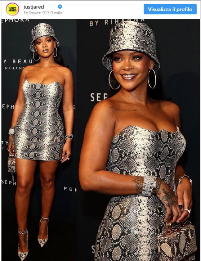 Rihanna con l'abito pitonato super corto: fisico al top