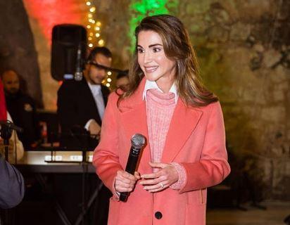 Rania di Giordania look: anche la regina sceglie in living coral
