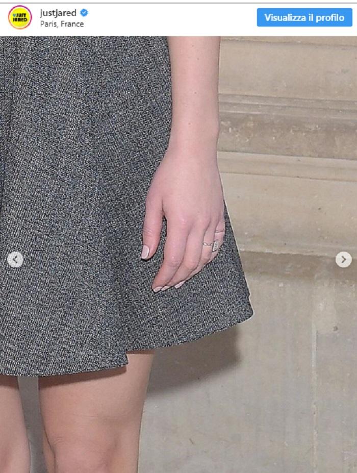 Jennifer Lawrence, alla sfilata Dior mostra l'anello di fidanzamento