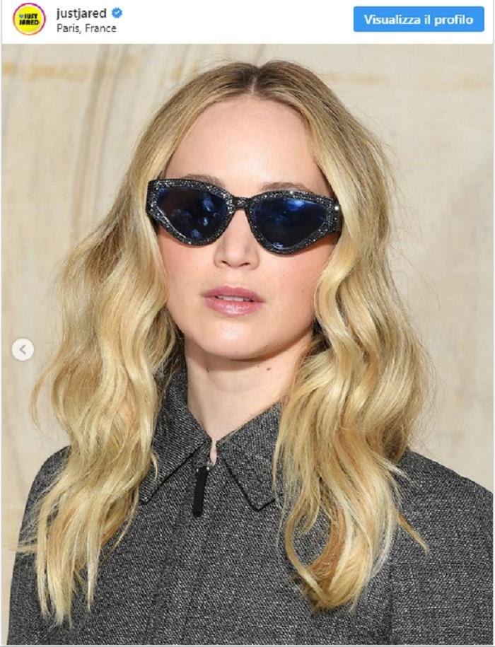 Jennifer Lawrence, alla sfilata Dior mostra l'anello di fidanzamento3