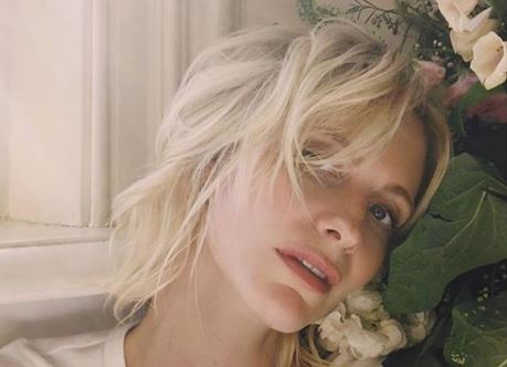 Poppy Delevingne riscrive le regole del cape dress, versione jumpsuit