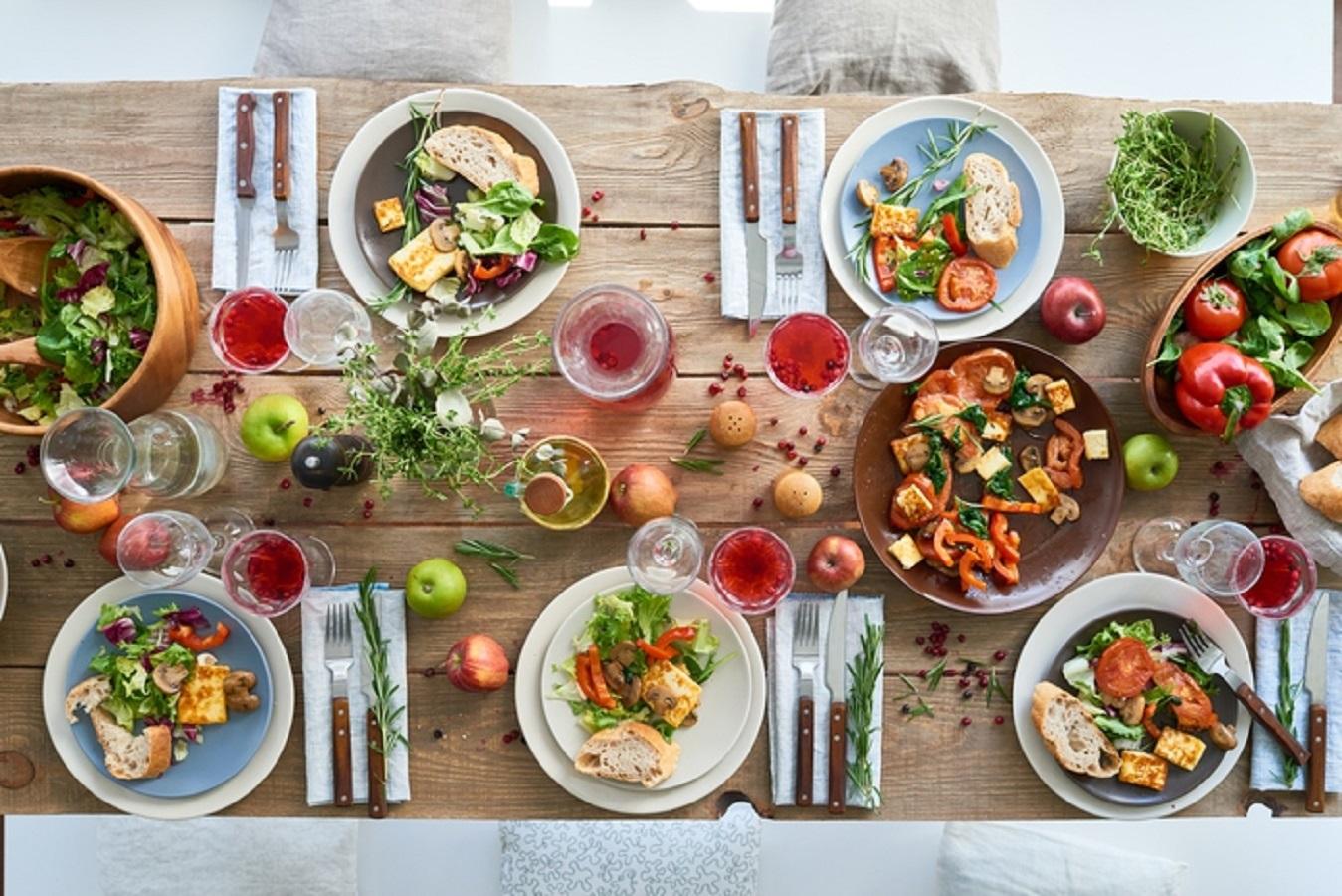 tavola ricca di cibi per dimagrire
