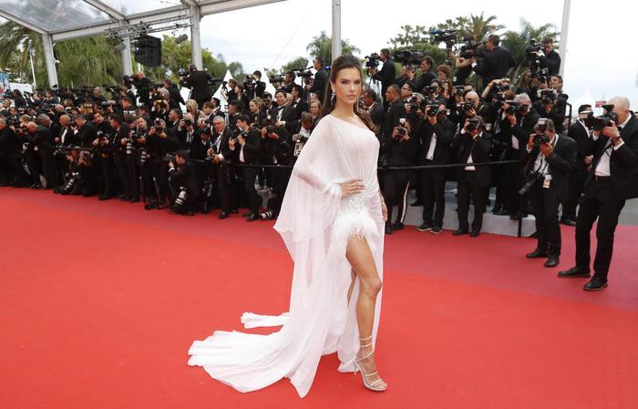 Cannes 2019, red carpet in rosso per Alessandra Ambrosio1