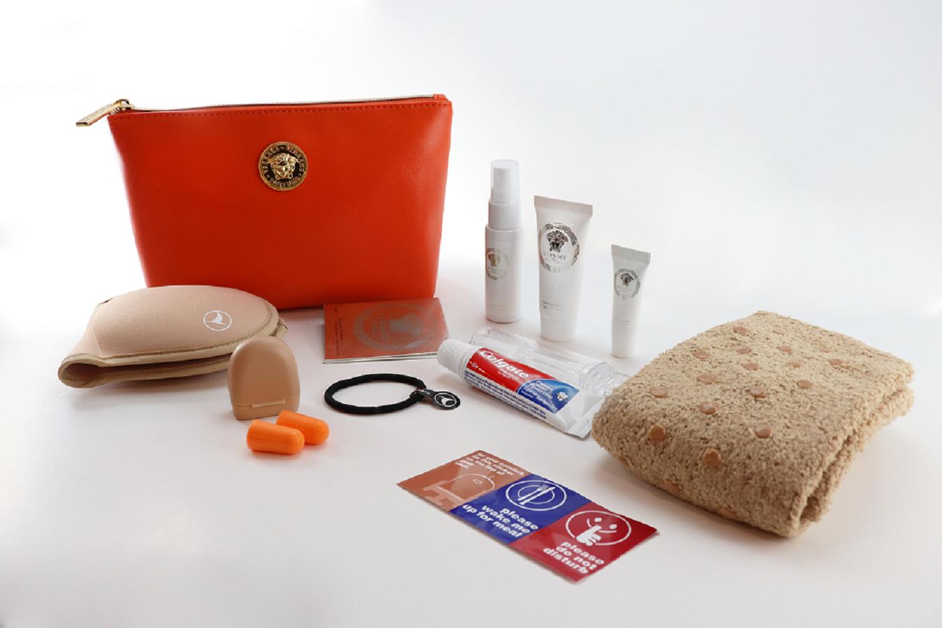 Turkish Airlines: nuovi kit da viaggio firmati Versace e Mandarina Duck