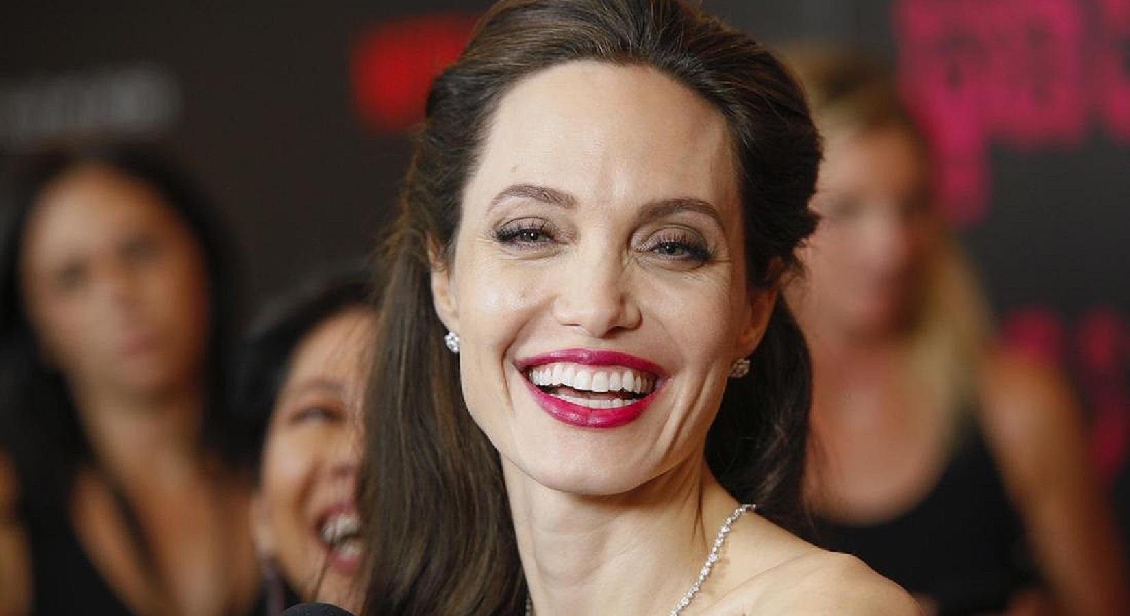Angelina Jolie conquista Tokyo con l'abito flapper Ralph & Russo