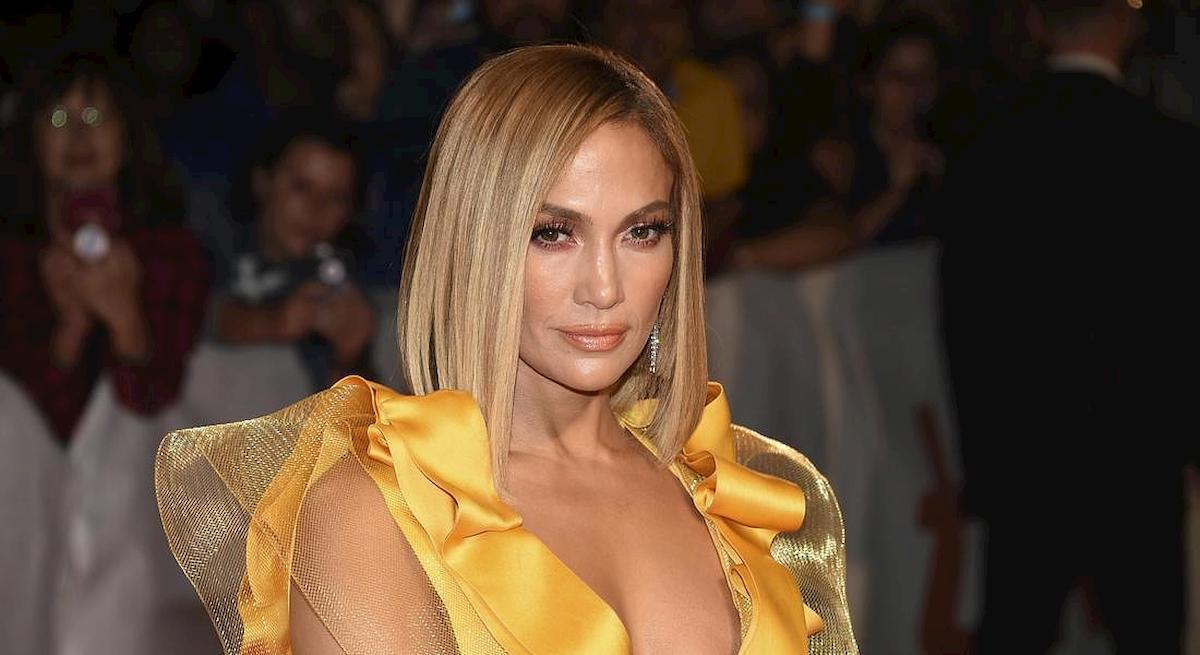 Capelli crespi, il siero anti umidità che usa Jennifer Lopez