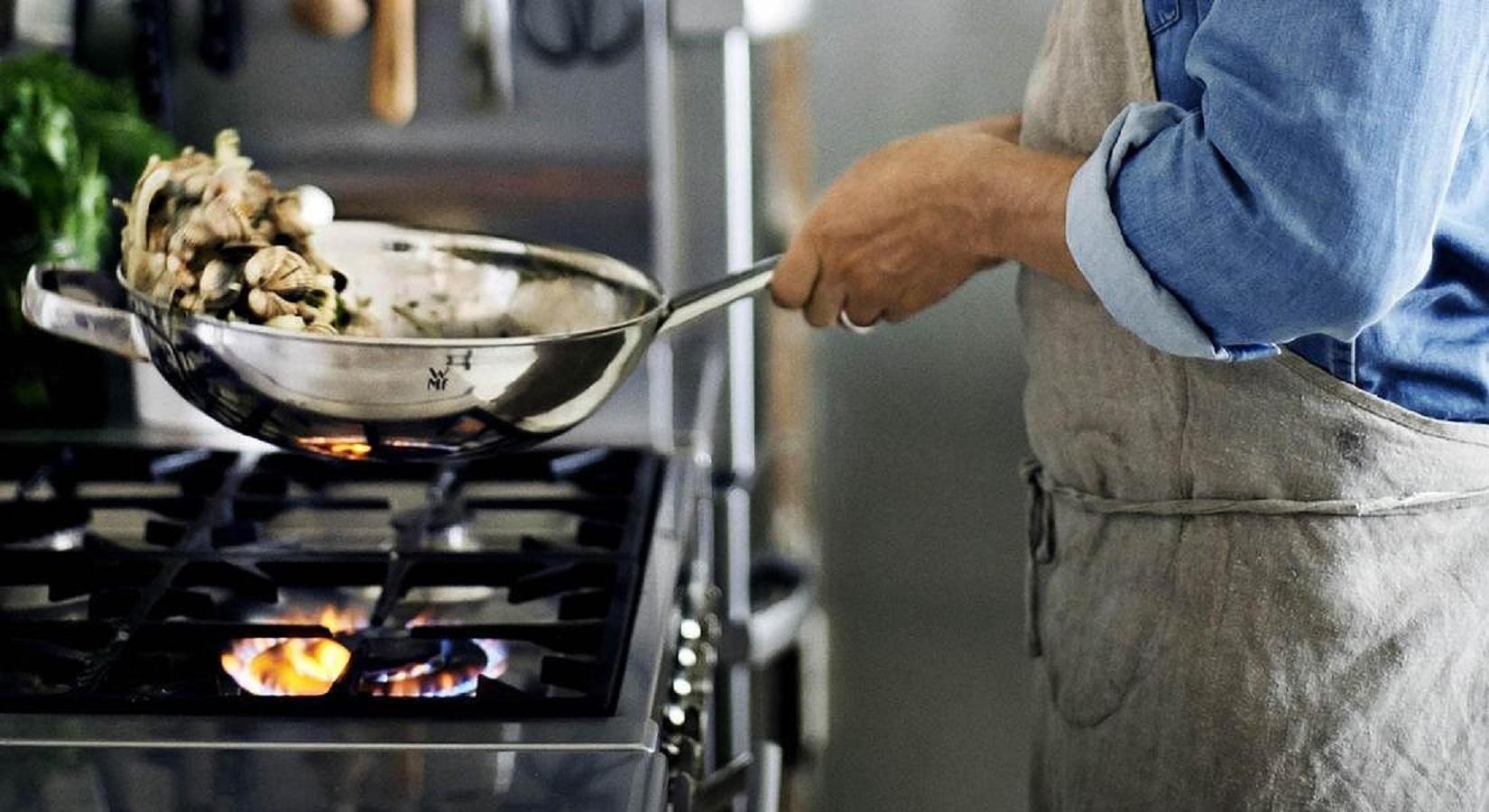Mestoli e cucchiai di plastica in cucina: possibili rischi per la salute