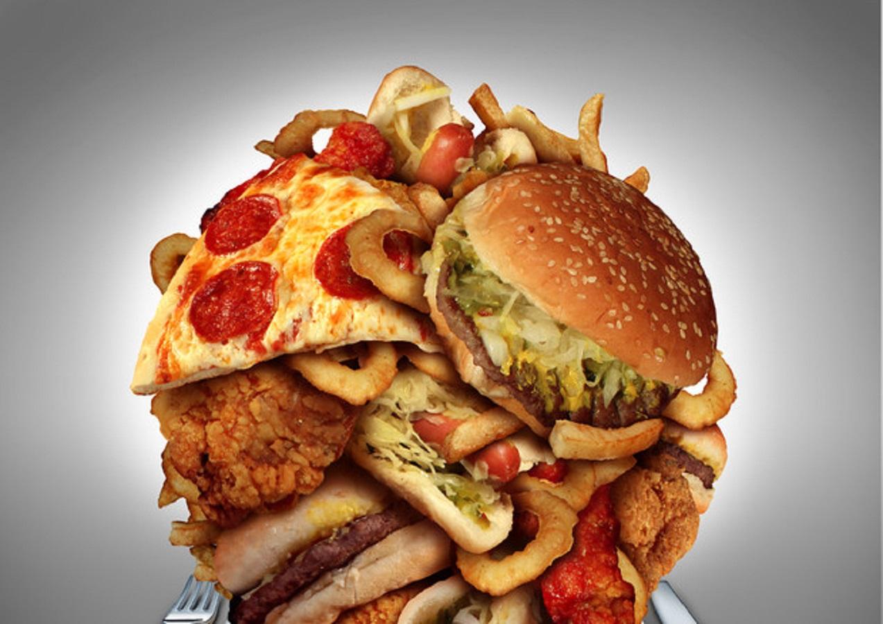 Dieta, cibo spazzatura nemico: come ci rende insaziabili