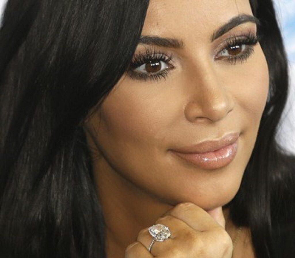 Kim Kardashian, il siero anti macchie e brufoli che fa parte della sua skincare
