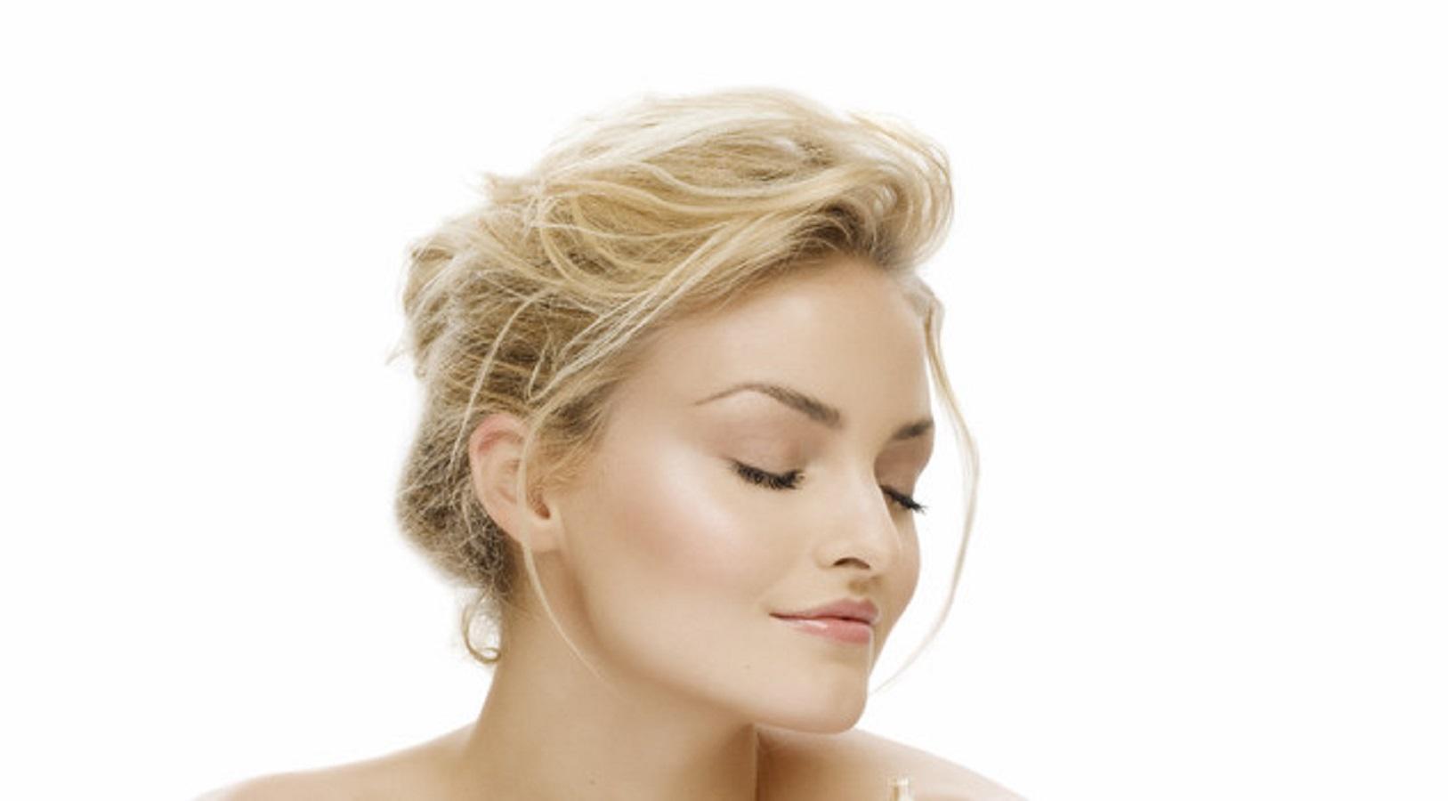 Pelle grassa, questa crema viso all'acido ialuronico è l'alterativa al siero