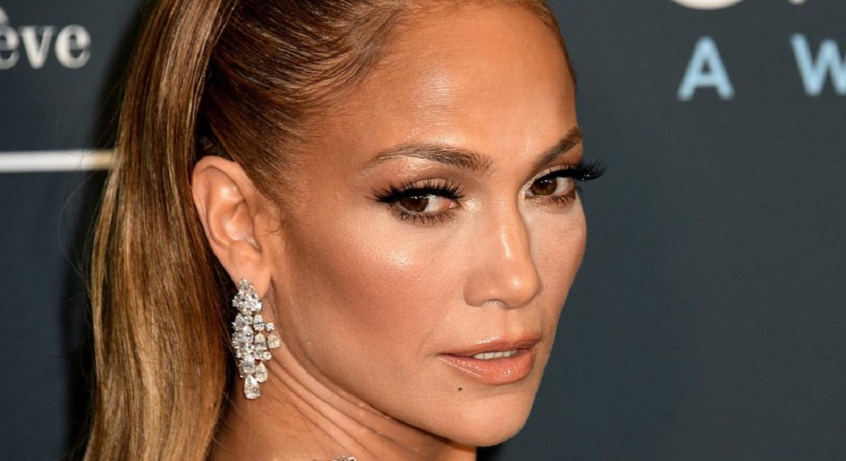 Il metodo di Jennifer Lopez per coprire i capelli bianchi