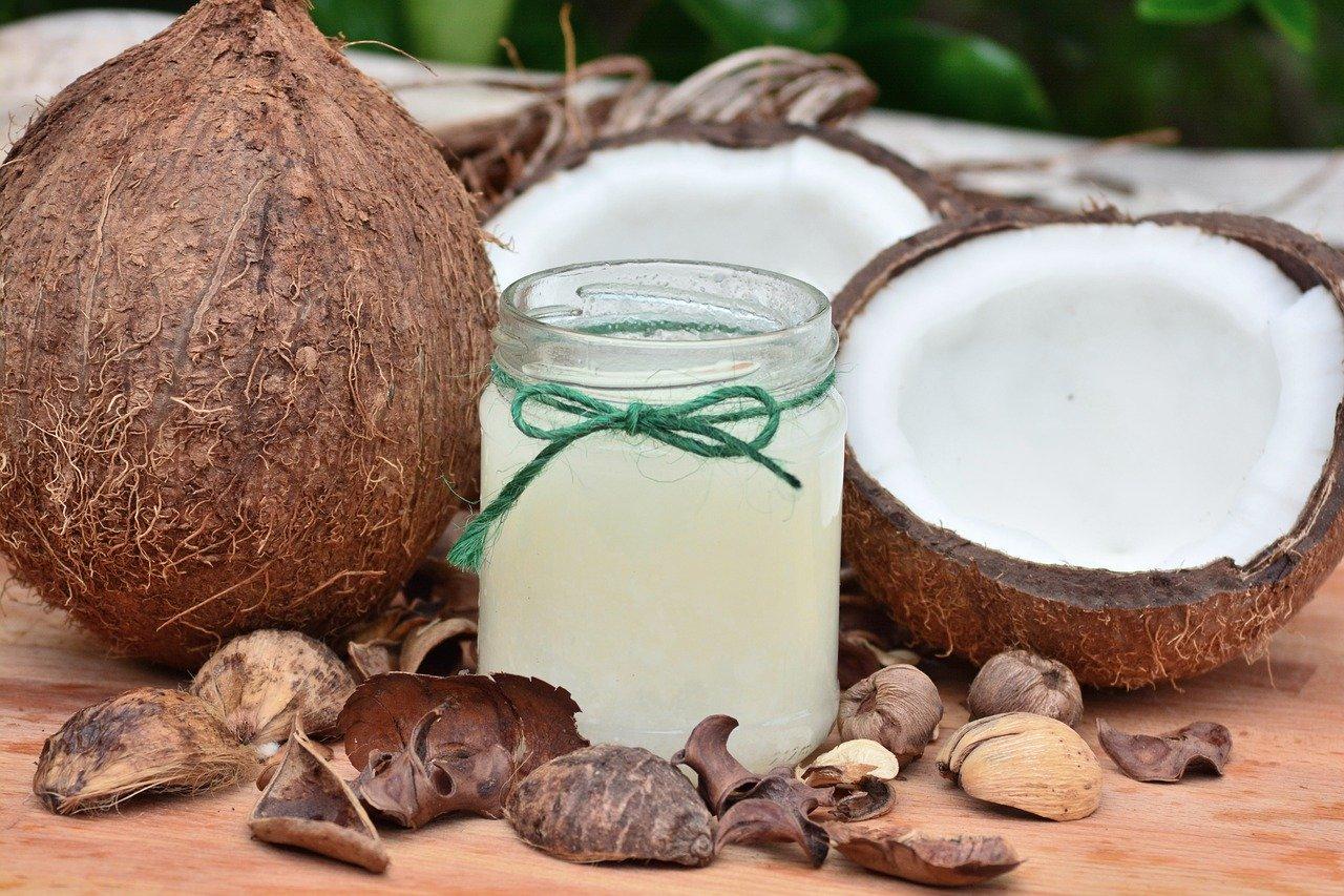 Olio di cocco, 3 maschere per capelli fai da te da provare