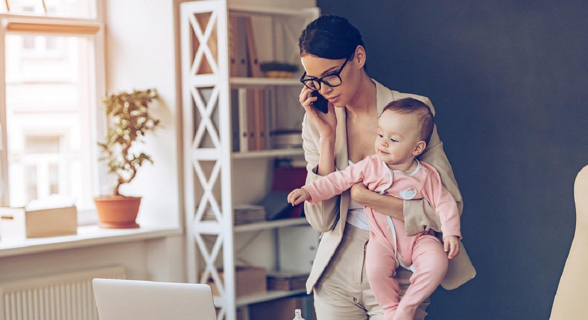 donna e mamma a lavoro in smartworking