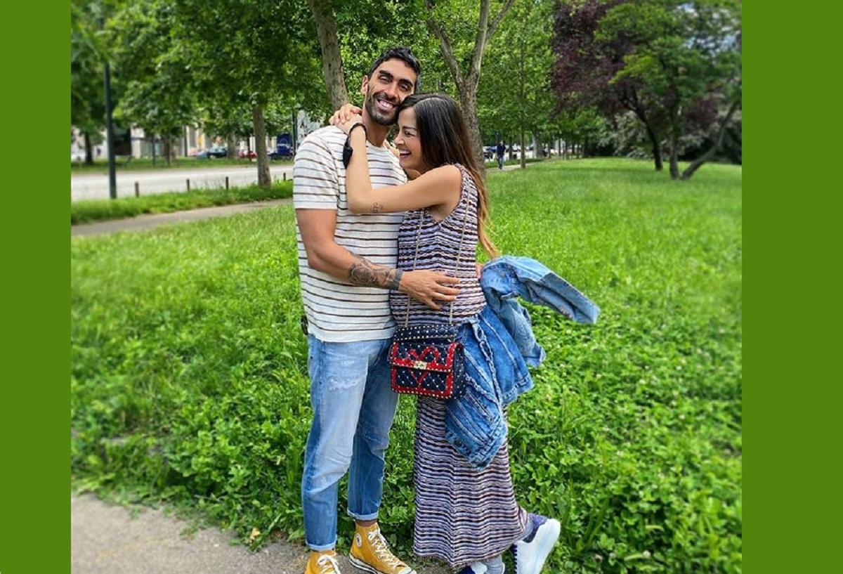 Giorgia Palmas e Filippo Magnini si abbracciano