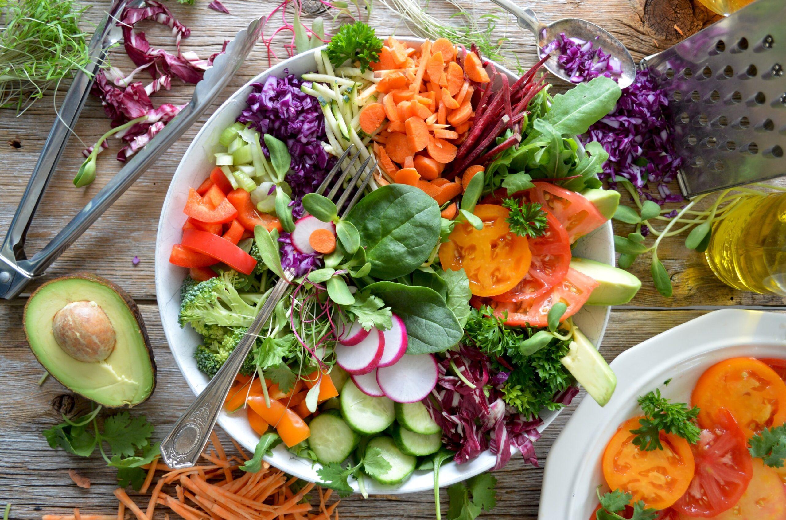 piatto di verdure contro la pancia gonfia