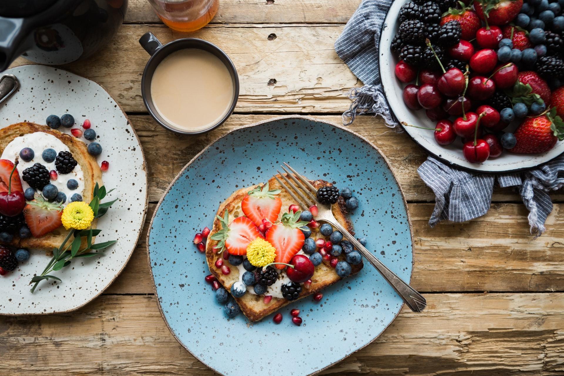 tavola con la colazione