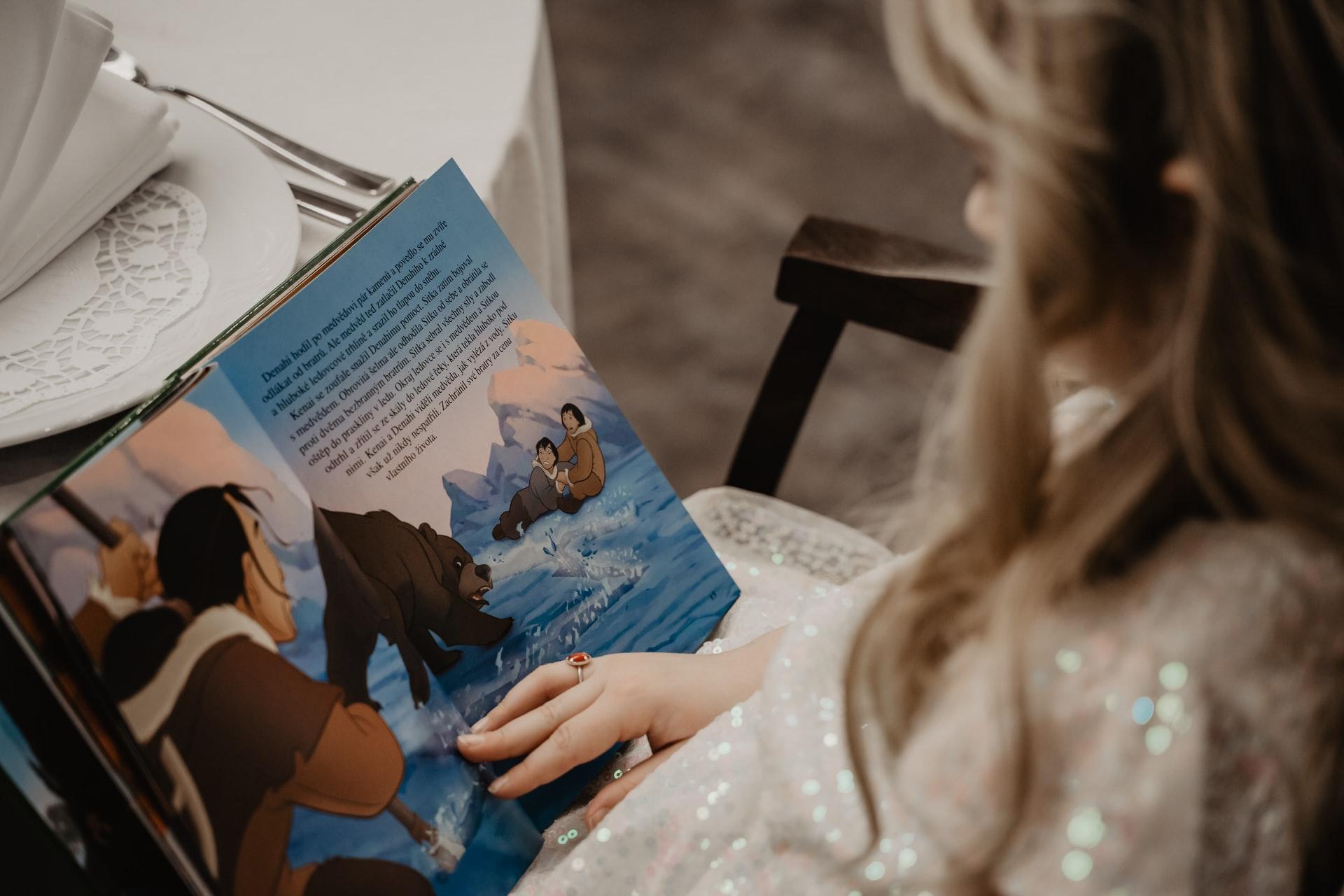 bambina che legge un libro