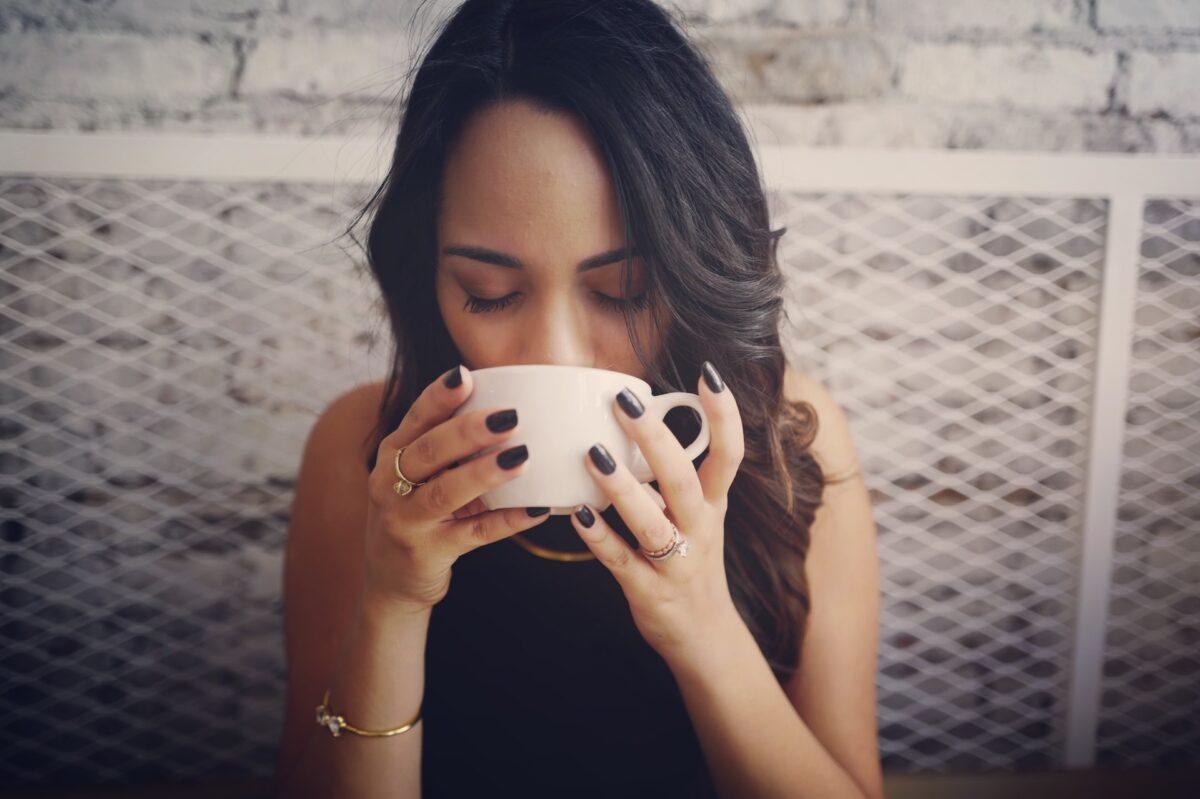 ragazza beve il té