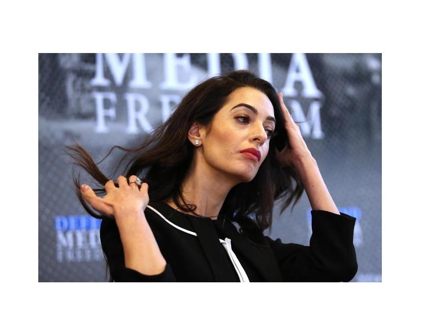 Amal Clooney difende la giornalista Maria Ressa e attacca il governo filippino