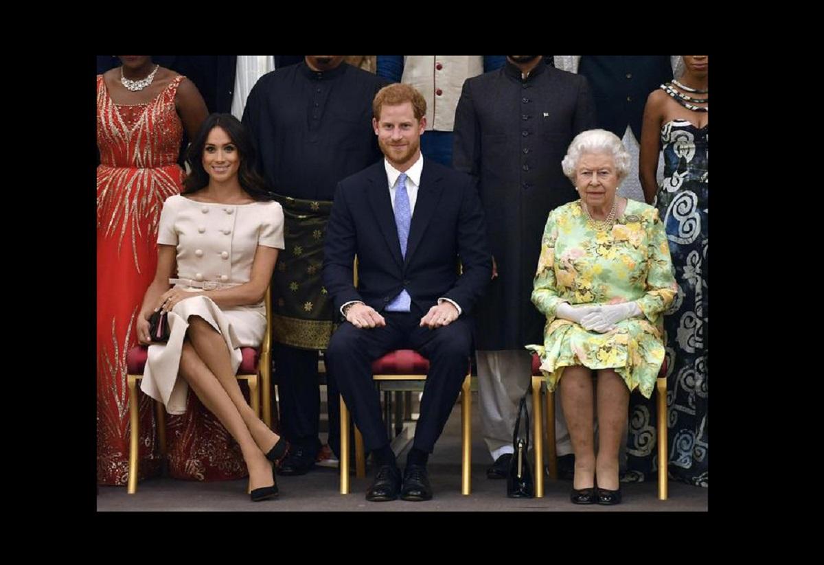 la regina Elisabetta insieme a Harry e Meghan
