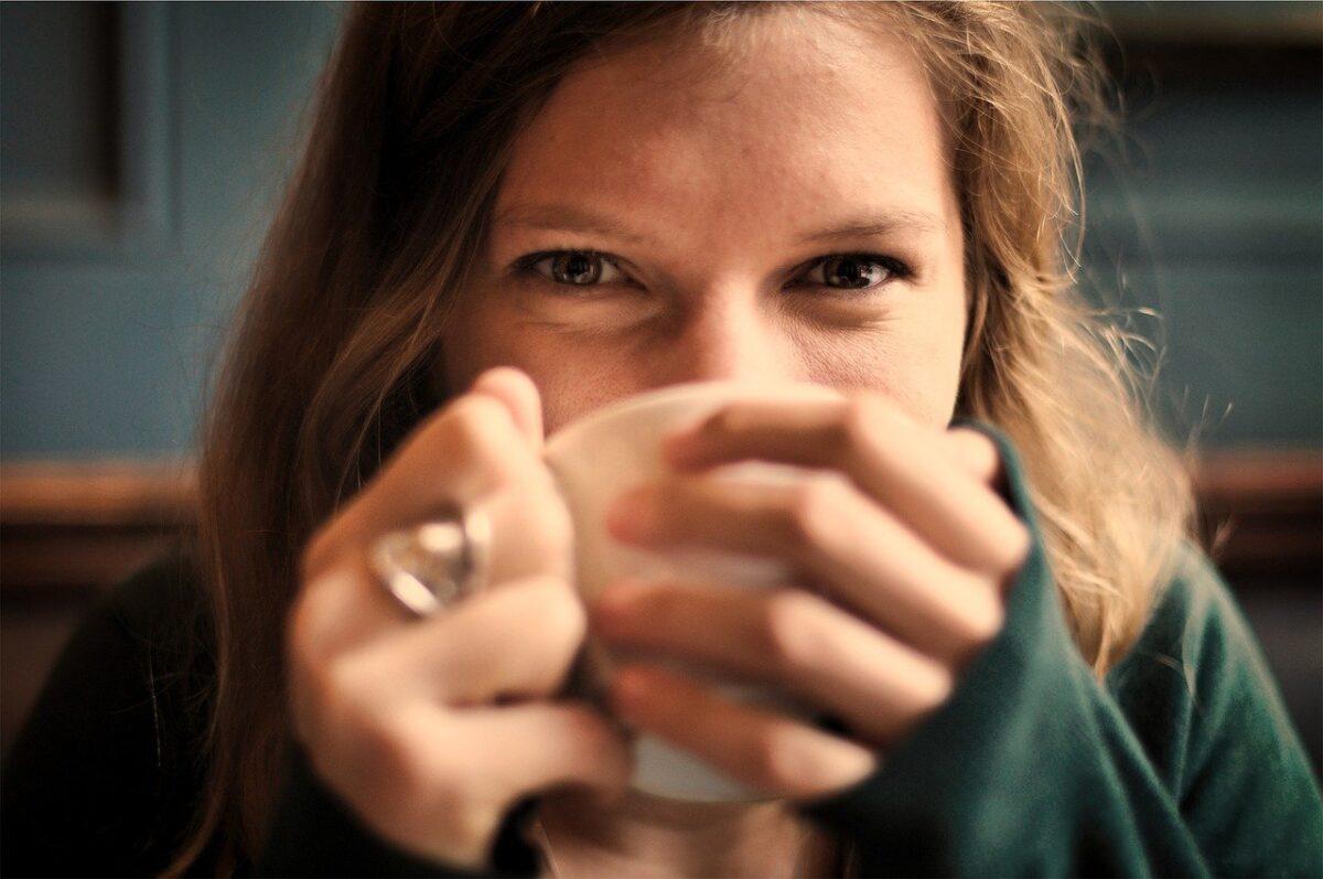 ragazza beve un tè